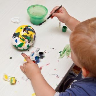 Kleines Kind beim malen
